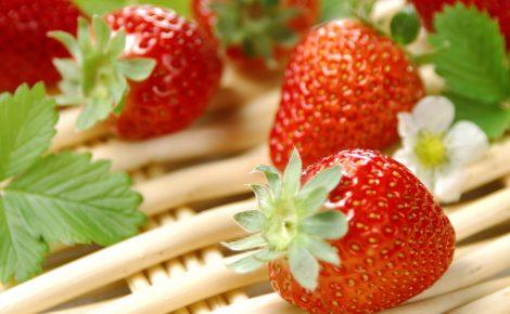 strawberries-on-wicker-presentation