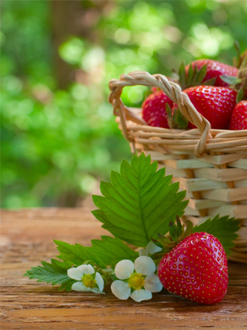 strawberry-basket-and-table-flowers-pillar